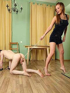 Russian wife Irina prefers to keep her hubby on a leash and entertains herself by pulling his balls with rope
