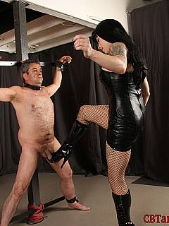 spread eagled male has the perfect pose for girl s knee to