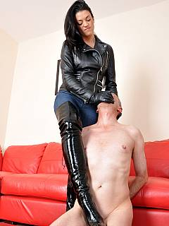 Dominant brunette is getting tired of slave canning and takes a pause for cup of tea