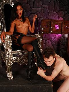 Black babe is only need to pull the chain leash to feel slave's tongue licking her sexy ass
