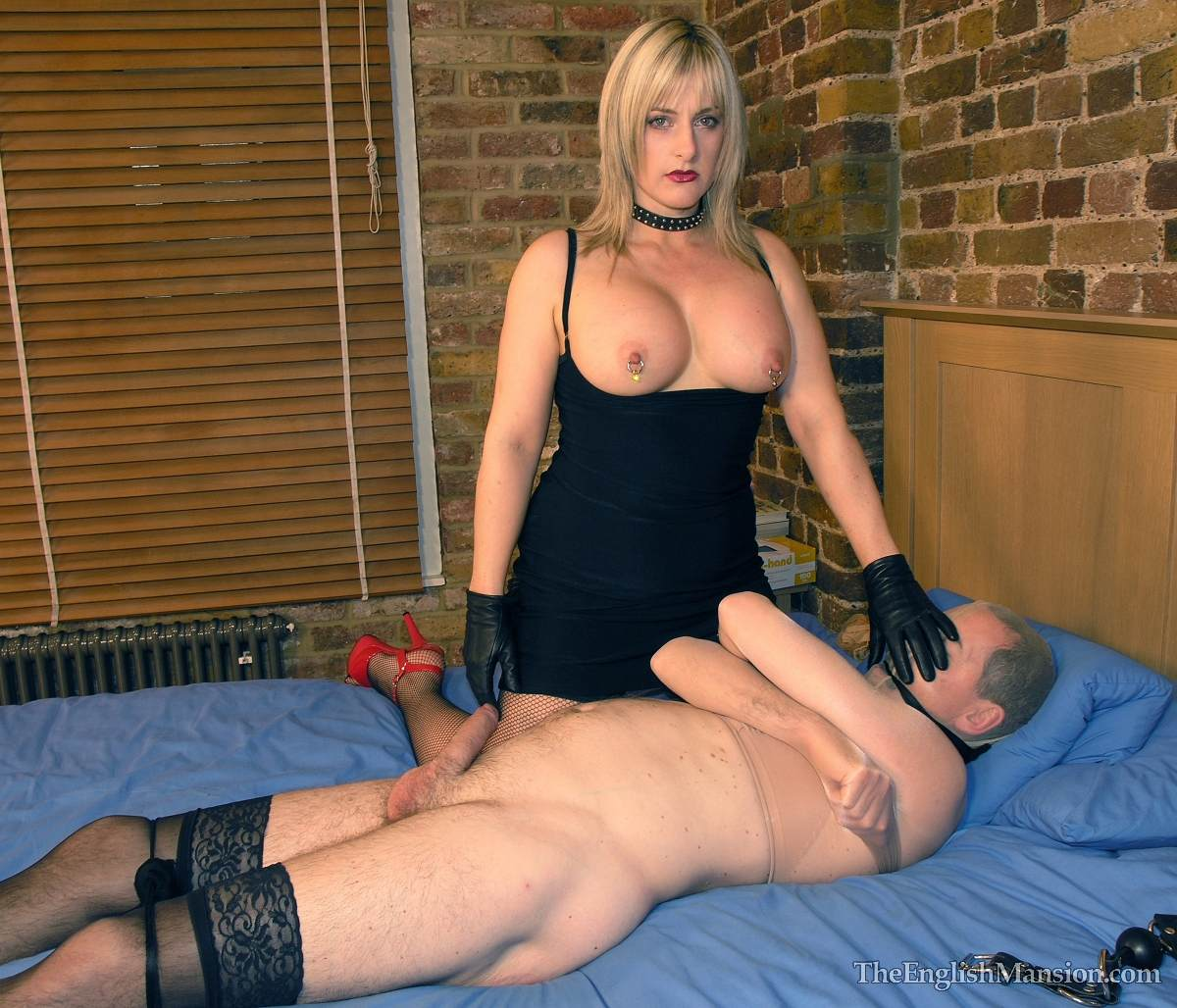 Picture #10 of MILF lady turns out to be dominant type of woman: binging a man with pantyhose right on a first date