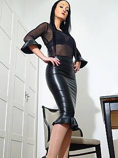 Erotic mistress is dressed up is tight leather skirt you want to wank and cum on to