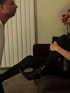 Riding crop is a useful tool for every facesitting bit who wants to control he man