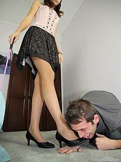 Amateur dominatrix crushes hands after slave licked her high heel shoes